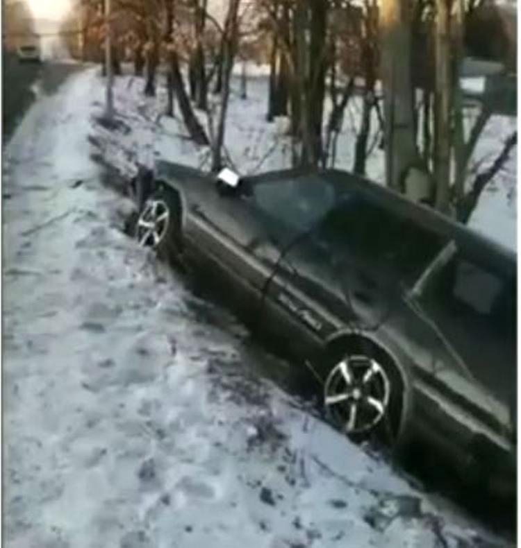 В Приморье в результате ДТП машина оказалась в кювете