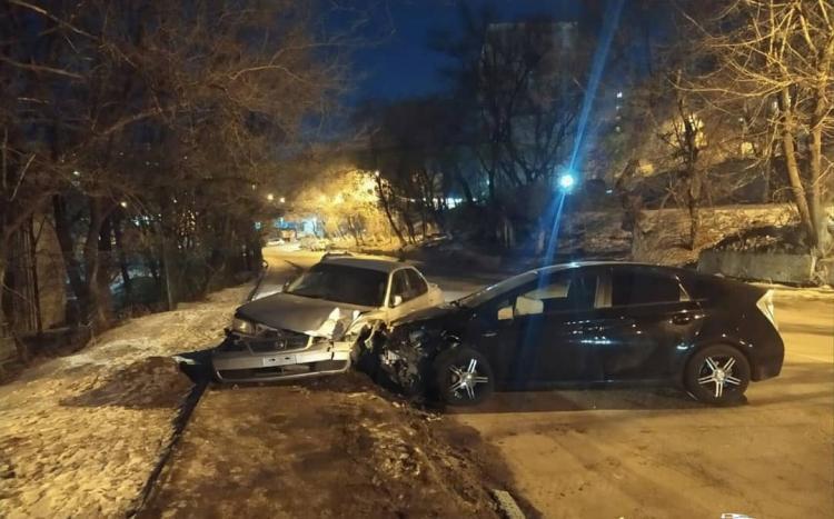 Во Владивостоке в массовой аварии пострадали припаркованные авто
