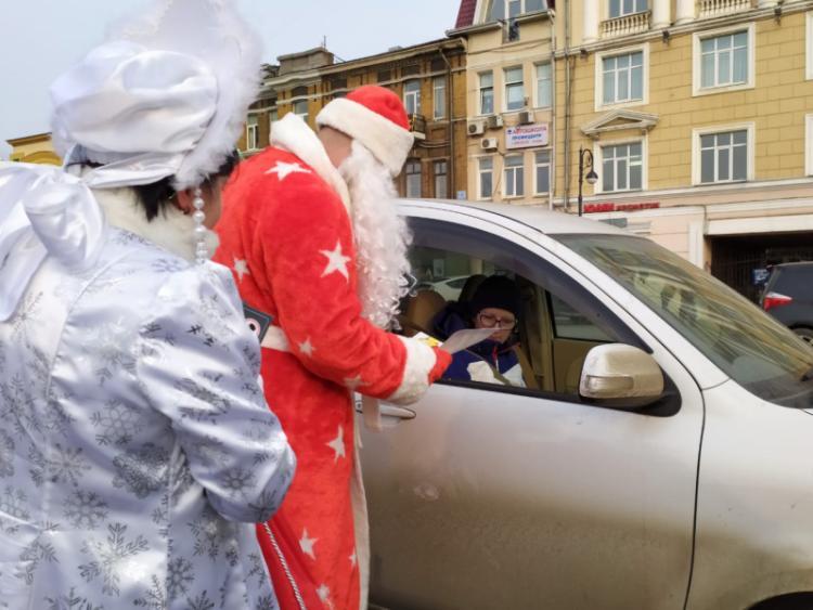 Полицейские переоделись в Деда Мороза и дарили приморцам «подарки»