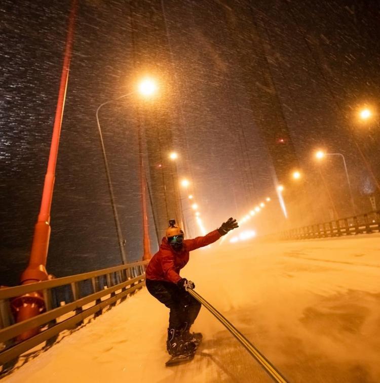 Экстремалы Владивостока проехались по Русскому мосту на сноуборде и лыжах