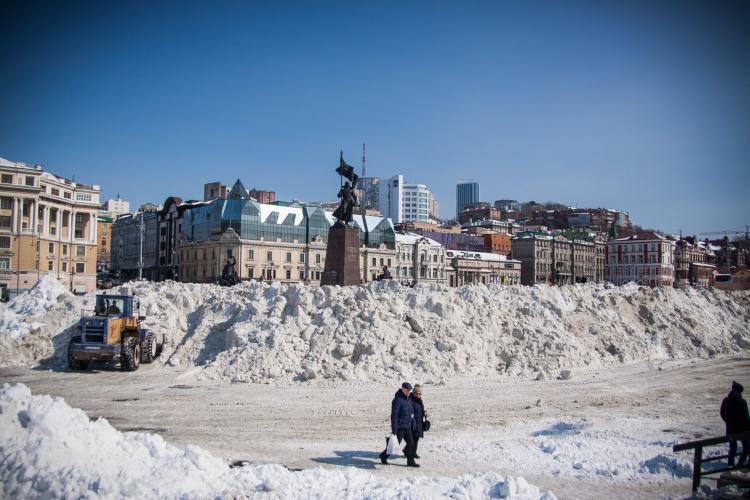 С центра Владивостока за ночь вывезли тонны снега