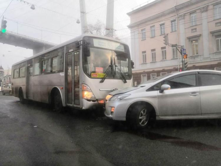 В центре Владивостока произошло ДТП с пассажирским автобусом