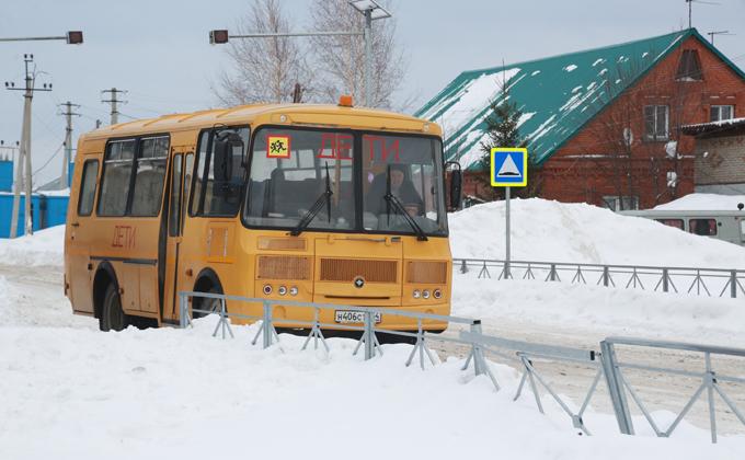 Школьные маршруты расчищают дорожники в регионе