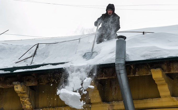Крыши почистят от снега после обвала в кафе в Новосибирске