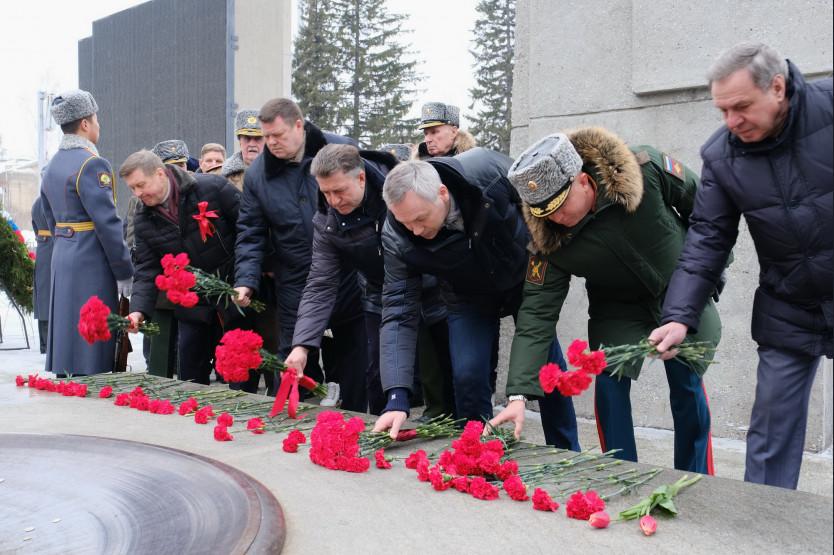 Андрей Травников в День защитника Отечества вместе с новосибирцами возложил цветы к Вечному Огню
