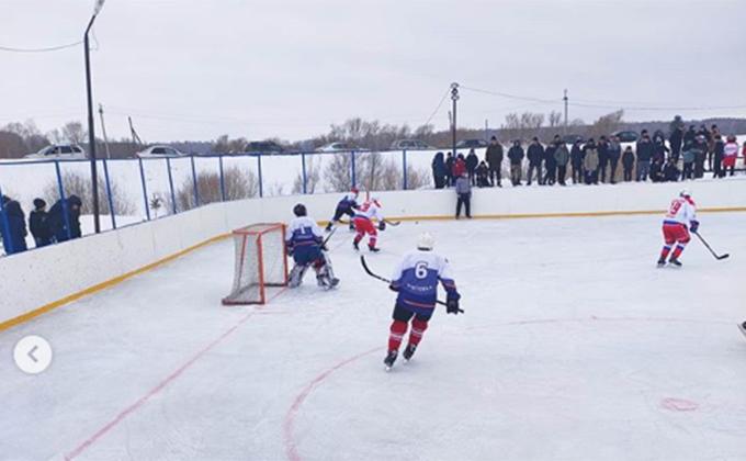 Диван подарили хоккеистам Кыштовки, несмотря на проигрыш «городским»