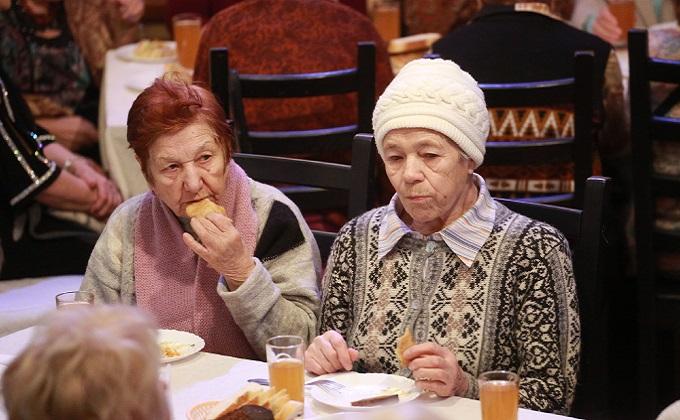 Бесплатную столовую для пенсионеров открыли в Новосибирске