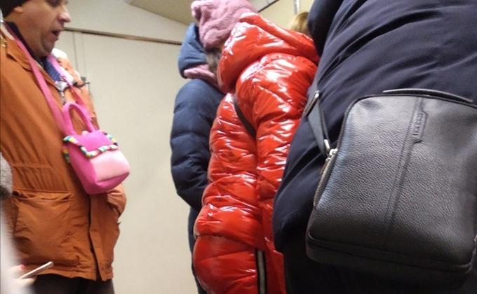 Дама в костюме кишки шокировала мужчину с розовой сумочкой в метро