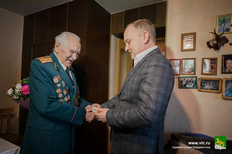 Олег Гуменюк поздравил с 95-летием ветерана войны Григория Вакулишина
