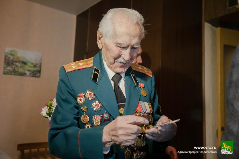 Олег Гуменюк поздравил с 95-летием ветерана войны Григория Вакулишина (3).jpg
