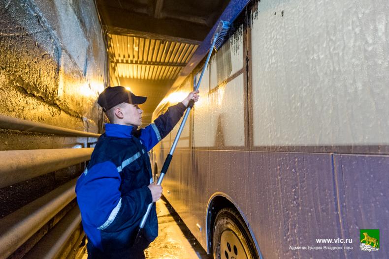 Около ста автобусов ежедневно моют на муниципальном предприятии «ВПОПАТ № 1»  (22).jpg