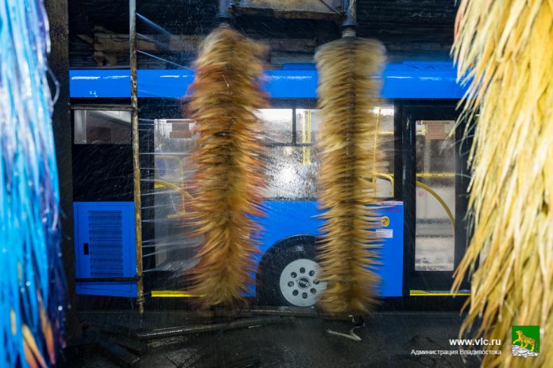 Около ста автобусов ежедневно моют на муниципальном предприятии «ВПОПАТ № 1»  (28).jpg