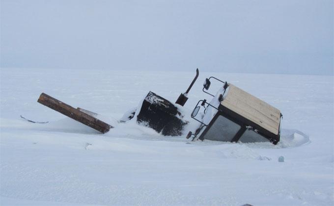 Трактор с вагончиком провалился под лед в Новосибирской области