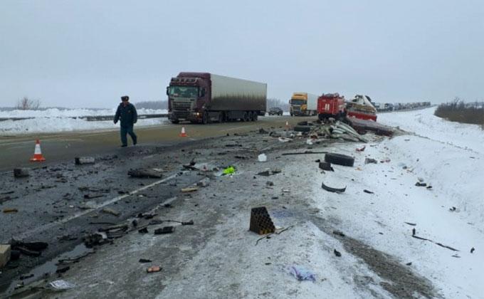Дальнобойщики столкнулись на трассе Новосибирск-Омск – один погиб