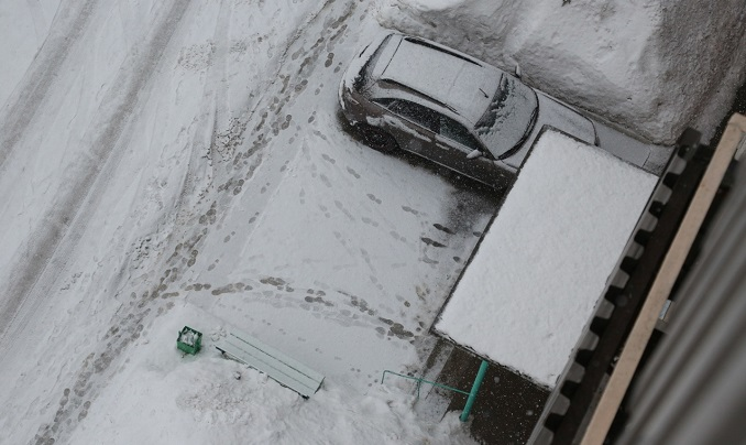 Мертвеца нашли на козырьке подъезда дома на Красном проспекте