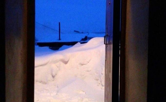 Колясочница замурована в квартире из-за сугробов в Убинском