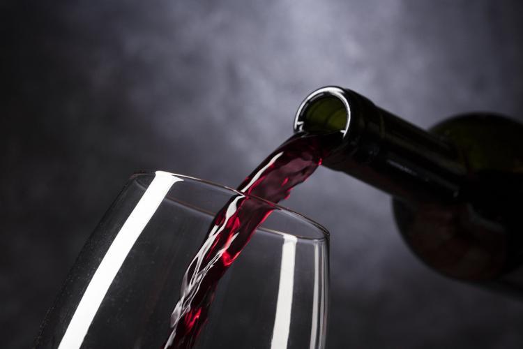 Врачи запрещают пить алкоголь при коронавирусе