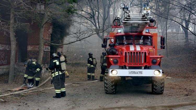 Во Владивостоке при пожаре огнеборцы спасли мать с ребенком