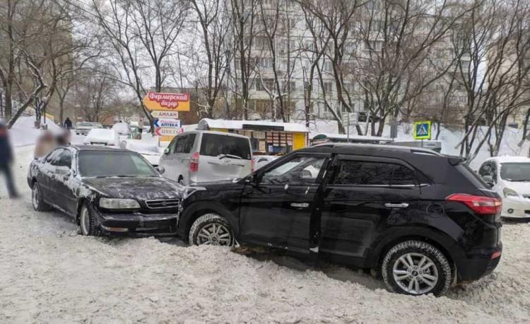 Во Владивостоке в массовом ДТП пострадал человек