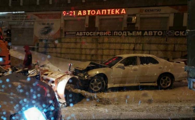 Седан влетел в ковш снегоуборочной техники во Владивостоке
