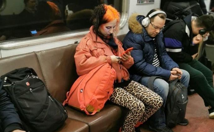 Рыжулька в леопардовых лосинах принесла весну в метро Новосибирска