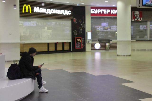 Непривычно опустели ТРЦ «Аура» и «Галерея» - покупателей почти нет