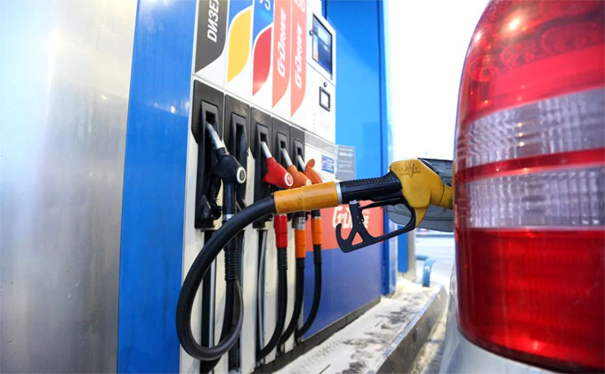 Цены на нефть рухнули, доллар и золото взлетели