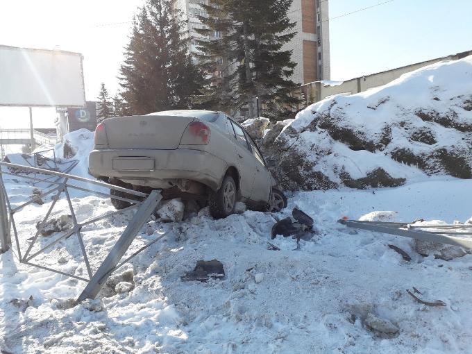 «Летающий» автомобиль застрял в ледяной горе в Бердске