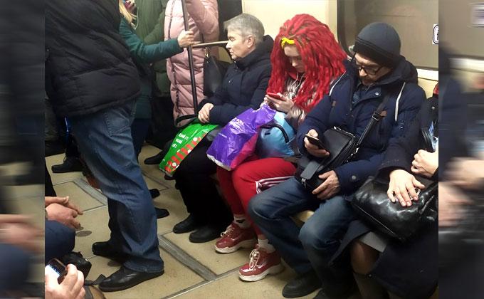 Кроваво-красная девушка приковала к себе внимание в метро Новосибирска