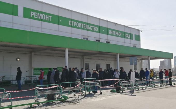 Очередь в Леруа Мерлен собралась в Новосибирске – пускают по 200 человек
