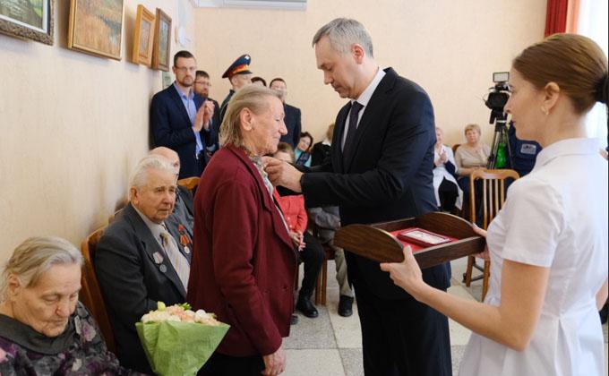 Андрей Травников вручил юбилейные медали ветеранам ВОВ