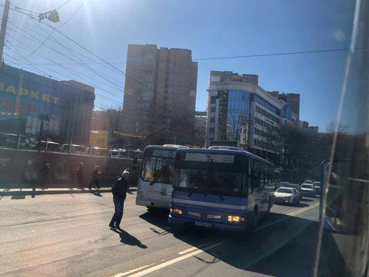 Авария с двумя автобусами сковала движение во Владивостоке