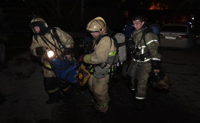 Ночной пожар в Новосибирске: двери вскрывали бензорезом