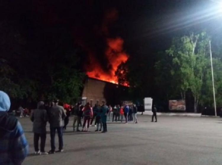 Масштабный пожар разрушил спортивный комплекс в Приморье