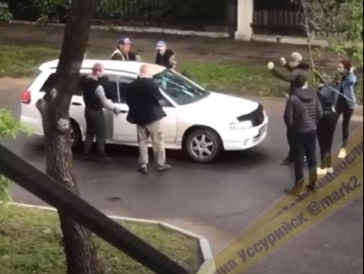 «Пацанские разборки» посреди дороги в Приморье обсуждают в Сети