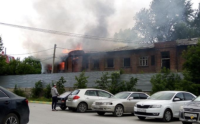 Более 30 человек тушат пожар в Новосибирске