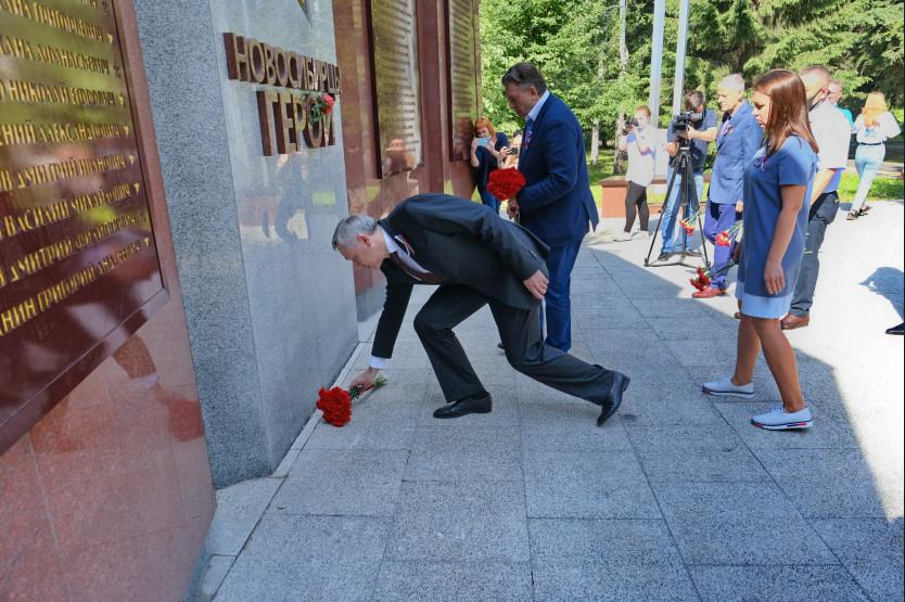 Губернатор в День России возложил цветы к памятнику Героям и полным кавалерам ордена Славы