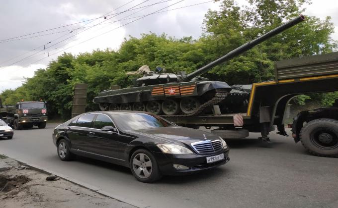Колонна военной техники прошла по центру Новосибирска