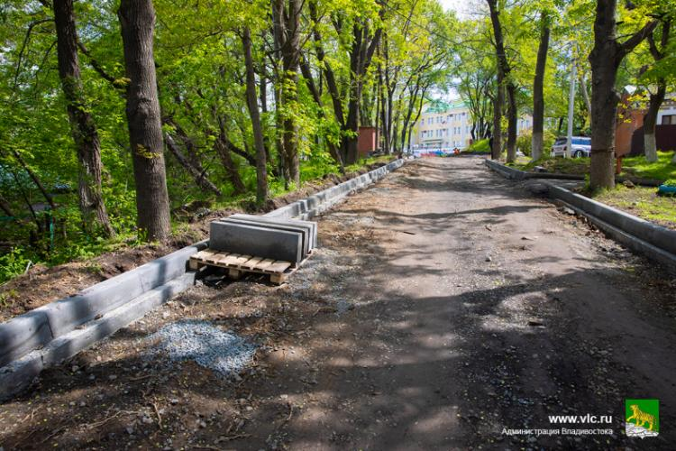 В районе Камского переулка во Владивостоке ремонтируют дорогу