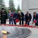 Губернатор Травников возложил цветы к памятнику «Единство фронта и тыла»
