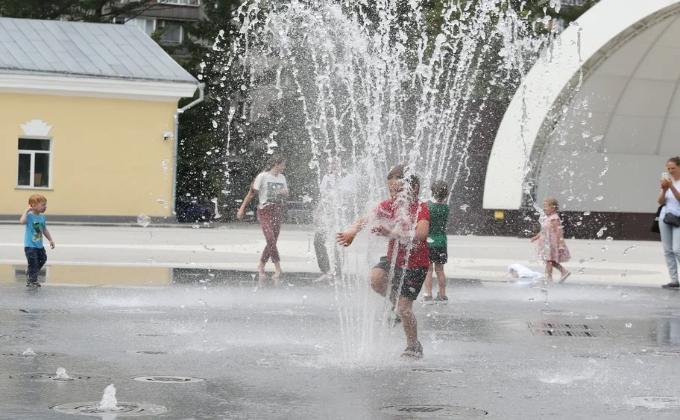 «Месиво из кашляющих детей» - новосибирцев возмутили детские шалости в фонтане