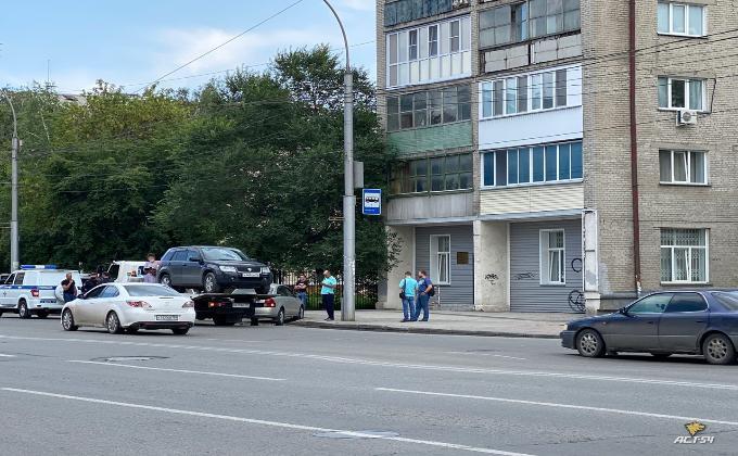 Автоледи припарковалась на тротуаре и три часа не слазила с эвакуатора