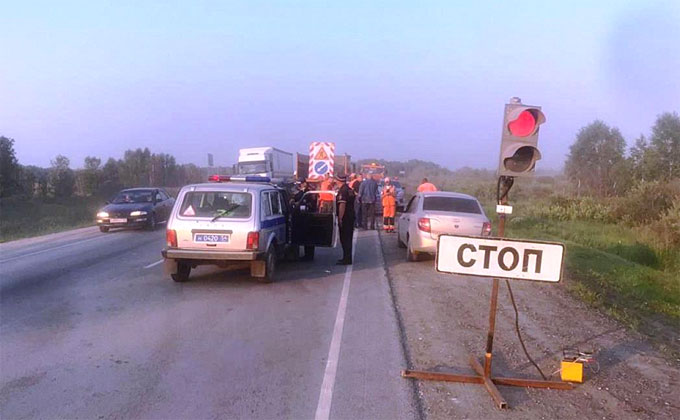 Москвич на Lada Kalina разбился о КамАЗ дорожников в Убинском районе