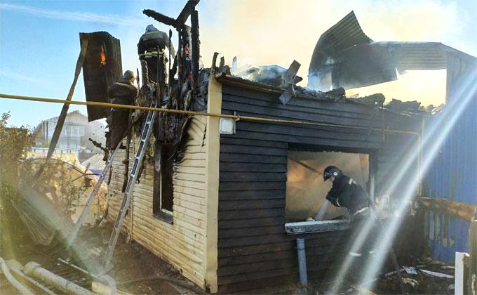Пожар охватил сразу три дома – два полностью сгорели, есть жертвы