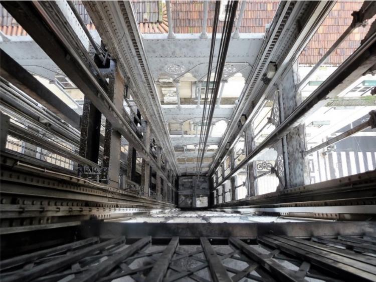 Во Владивостоке в шахту упал лифт с людьми