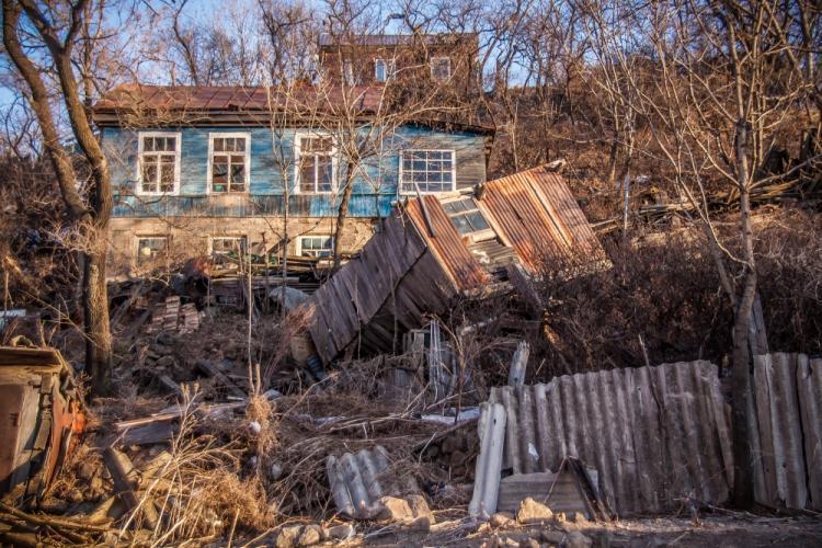 Жители посёлка Хасан продолжают жить в опасном аварийном жилье