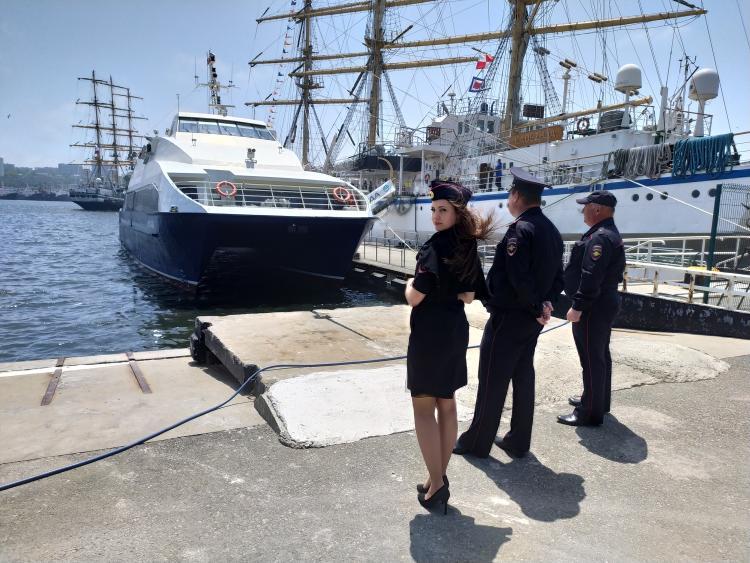 Полицейские из Владивостока разыскивают сотрудников МВД
