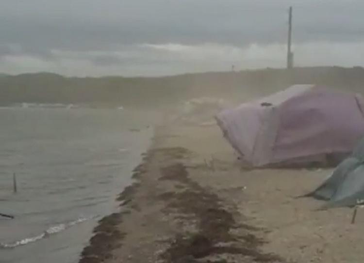 «Эти сутки будут весёлые»: В Приморье шторм сносит палаточный лагерь