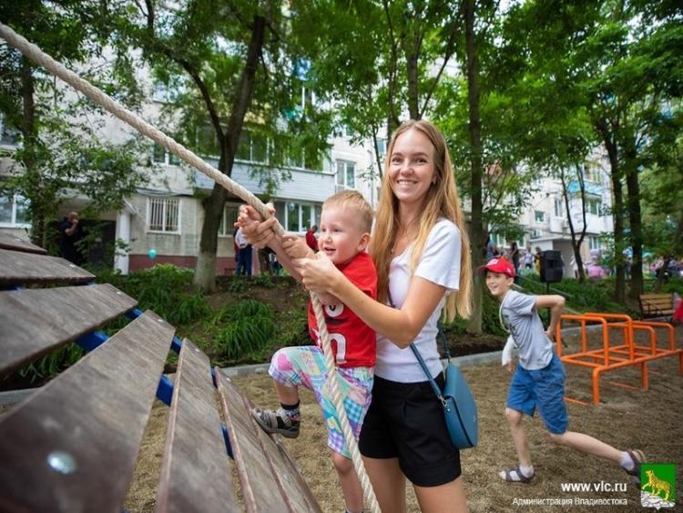Во Владивостоке массово благоустраивают дворы жилых домов