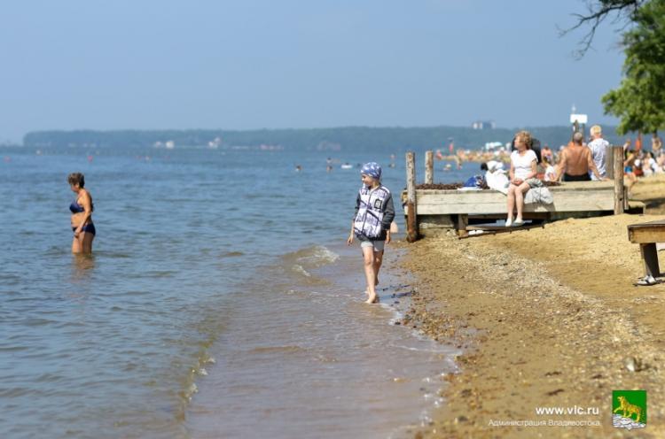 Пляжи Владивостока принимают отдыхающих